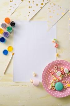 Koncepcja zarządzania imprezą i organizacji ze słodyczami, konfetti i pustymi stronami