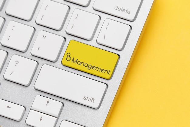 Koncepcja zarządzania online na przycisku klawiatury