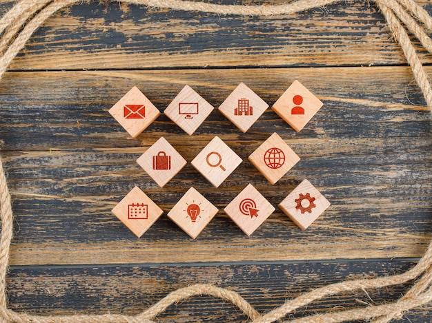 Koncepcja zarządzania z drewnianymi klockami z ikonami na drewnianym stole leżał płasko.