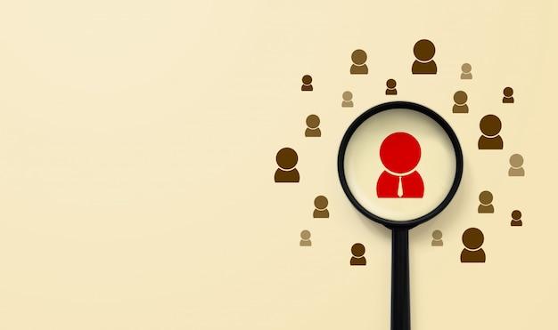 Koncepcja zarządzania zasobami ludzkimi i rekrutacji. szkło powiększające szuka ludzkiej ikony
