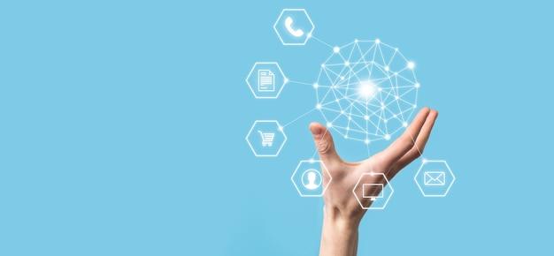 Koncepcja zbliżenie człowieka za pomocą inteligentnego telefonu komórkowego i ikony infografiki technologii społecznościowej