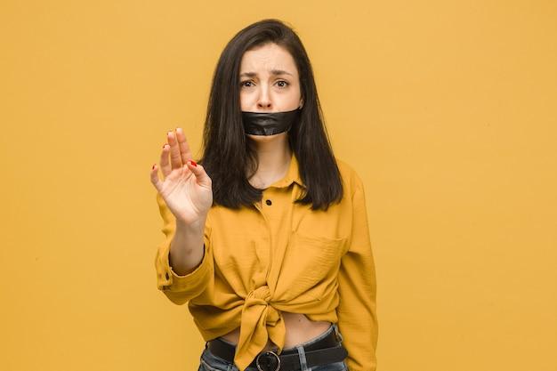 Koncepcja zdjęcie ofiary z ustami zaklejonymi taśmą