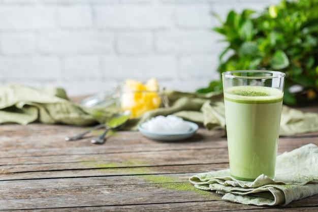Koncepcja zdrowego, czystego jedzenia, keto, dieta ketogeniczna, poranny stół śniadaniowy. kuloodporna herbata matcha latte z organicznym olejem kokosowym, masłem ghee. przytulna atmosfera kawiarni, kopia przestrzeń