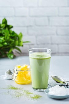 Koncepcja zdrowego, czystego jedzenia, keto, dieta ketogeniczna, poranny stół śniadaniowy. kuloodporna herbata matcha latte z organicznym olejem kokosowym, masłem ghee. przytulna atmosfera kawiarni?