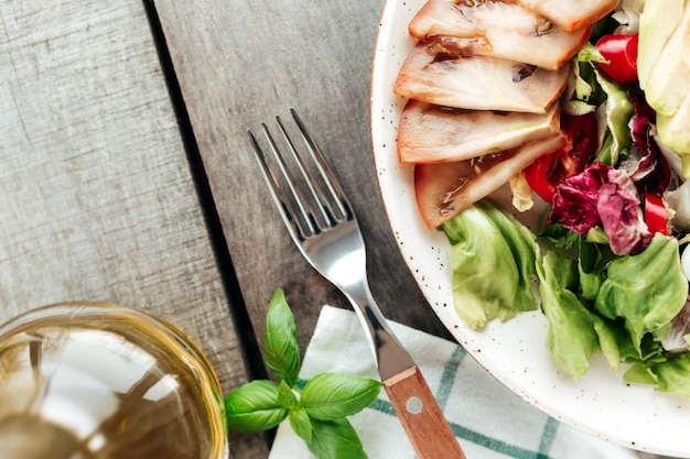 Koncepcja zdrowego odżywiania leżała płasko. dieta śródziemnomorska, talerz z zielonymi liśćmi sałaty