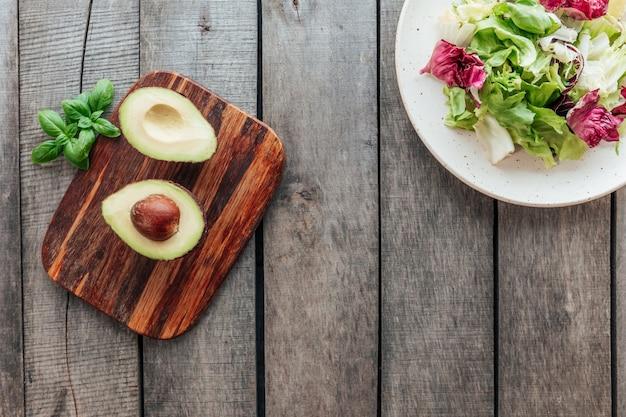 Koncepcja zdrowego odżywiania leżała płasko. dieta śródziemnomorska, talerz ze świeżą zieloną sałatą