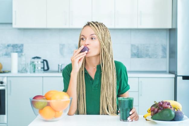 Koncepcja zdrowego odżywiania. owoce, figi i warzywa spirulina. młoda kobieta lekkoatletycznego z rys