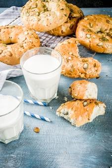 Koncepcja zdrowego śniadania, domowe bułeczki zbożowe ze szklanką mleka