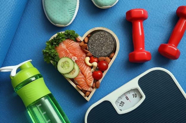 Koncepcja zdrowego stylu życia na tle maty fitness