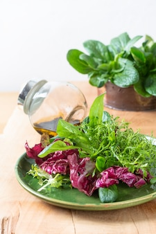 Koncepcja zdrowego? ywno? ci mix warzyw sa? atki w zielonej tablicy na tle drewna