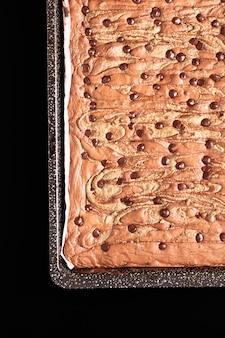 Koncepcja zdrowej żywności domowe ekologiczne krówki słonecznika nasiona masła brownies na czarnym tle