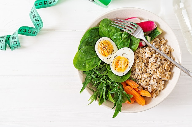 Koncepcja zdrowej żywności i sportowego stylu życia. lunch wegetariański. zdrowe śniadanie. odpowiednie odżywianie. widok z góry. leżał płasko.