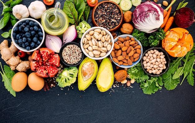 Koncepcja zdrowej żywności ustawiona na ciemnym kamieniu.