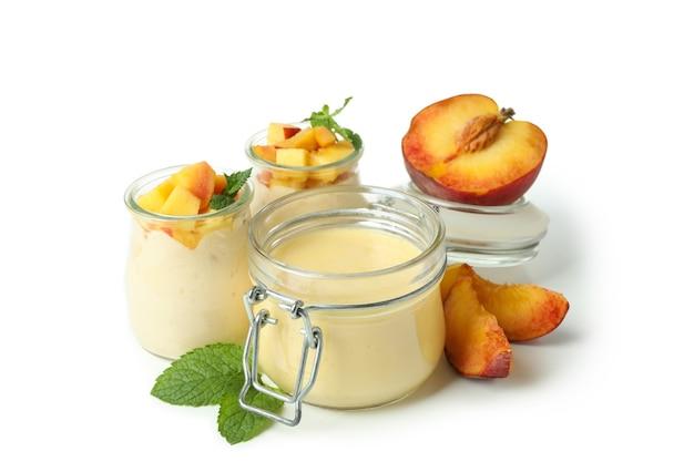 Koncepcja zdrowej żywności z jogurtem brzoskwiniowym na białym tle
