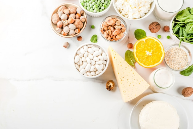 Koncepcja zdrowej żywności. zestaw żywności bogatej w wapń - nabiał i wegańskie produkty ca z białego marmuru