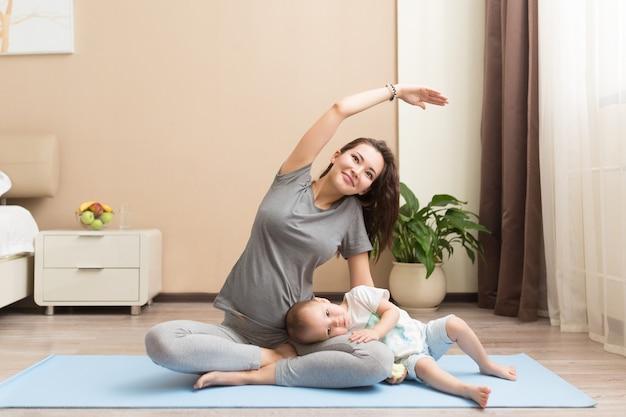Koncepcja zdrowia i dopasowania młoda piękna azjatycka kobieta w ciąży robi ćwiczenia fitness