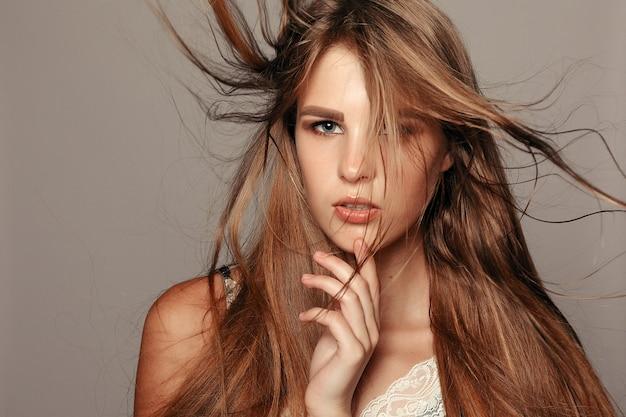 Koncepcja zdrowia, ludzi i urody - model blondynka. piękne brązowe włosy dziewczyna. zdrowe długie włosy. ładna dziewczyna model spa z doskonałą świeżą czystą skórą. koncepcja pielęgnacji młodości i skóry