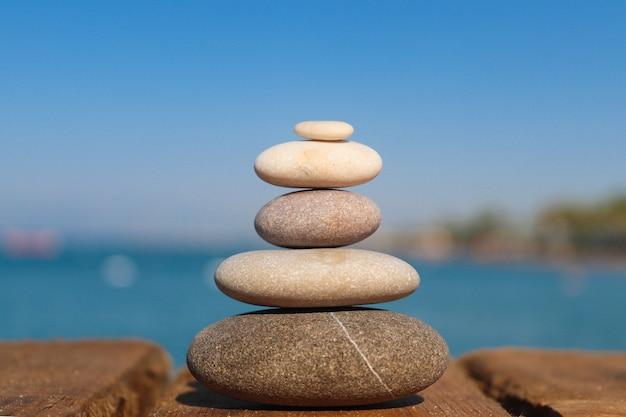 Koncepcja zen: stos kamieni na plaży. pojęcie harmonii, stabilności, równowagi życiowej i medytacji.