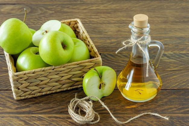 Koncepcja zero odpadów. brak koncepcji plastiku. minimalistyczny styl. beżowe pudełko hiacynt wodny z dojrzałych zielonych jabłek na drewniane tła.