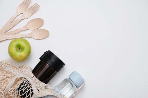 Koncepcja zero odpadów. ekologiczne produkty do recyklingu wykonane ze szkła i drewna