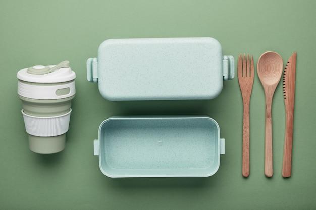 """Koncepcja """"zero odpadów"""". kubek i pudełko wielokrotnego użytku, bambusowe sztućce."""