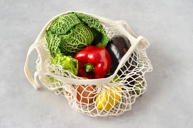 Koncepcja zero odpadów. warzywa w siatkowej torbie
