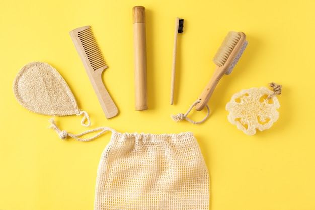 Koncepcja zero waste. masażer antycellulitowy; bambusowa szczoteczka do zębów; gąbka z luffy