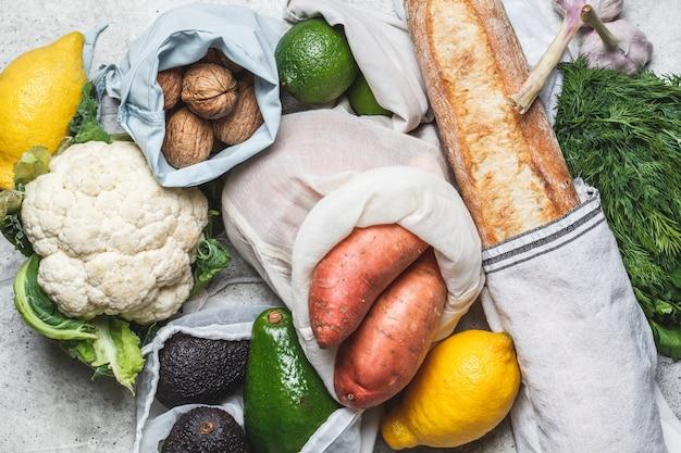 Koncepcja zero waste. płaskie ułożenie świeżych warzyw w bawełnianych eko torebkach. nie zawiera plastiku.