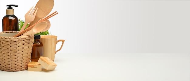 Koncepcja zero waste, stół z drewnianymi naczyniami, doniczka i miejsce na kopię, kreatywna scena