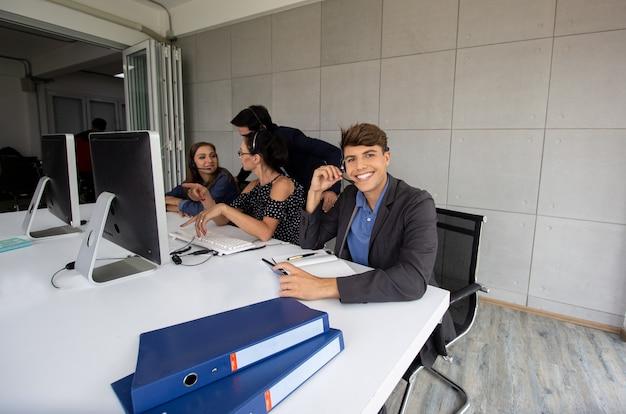 Koncepcja zespołu serwisowego. sprzedaż operatora lub contact center w office, zespół operatora biznesowego w office. usługi biznesowe, zespół call center z zestawem słuchawkowym.