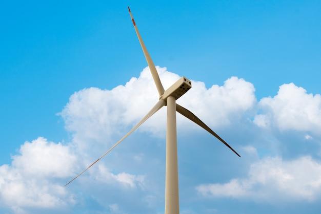 Koncepcja zielonej energii odnawialnej - turbiny wiatrowe generatora na niebie