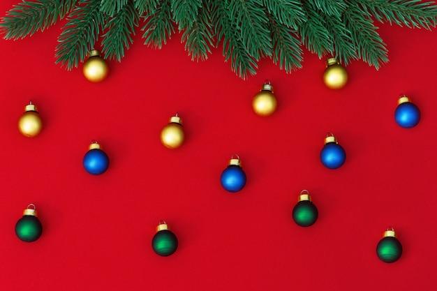 Koncepcja zimowych wakacji. małe wielobarwne bombki i sosnowa gałąź