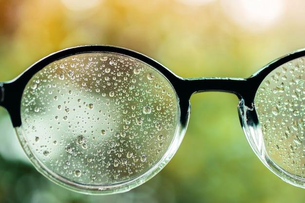 Koncepcja złej wizji. wiele kropelek w okularach zakłóciło ludzkie oczy