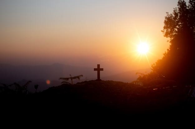 Koncepcja zmartwychwstania: ukrzyżowanie krzyża jezusa chrystusa o zachodzie słońca