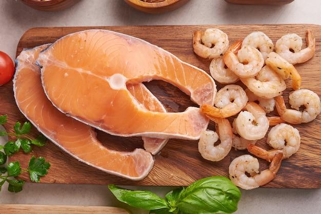 Koncepcja zrównoważonego odżywiania dla czystego jedzenia flexitarian dieta śródziemnomorska widok z góry płaski. odżywianie, czyste jedzenie koncepcja żywności. plan diety z witaminami i minerałami. łosoś i krewetka, warzywa mix