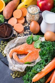 Koncepcja zrównoważonego odżywiania, żywność łagodząca astmę i oddychanie, czysta dieta żywieniowa. asortyment zdrowych składników bogatych w witaminę d, a, beta-karoten, magnez do gotowania na stole kuchennym.