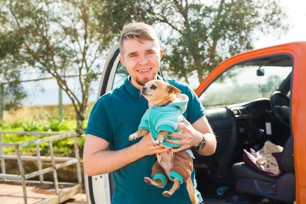 Koncepcja zwierząt domowych, zwierząt domowych, pory roku i ludzi - portret szczęśliwego mężczyzny z psem spacerującym na świeżym powietrzu