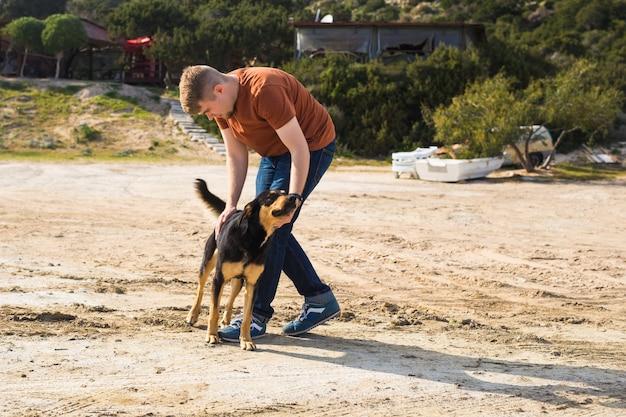 Koncepcja zwierząt domowych, zwierząt domowych, sezon i ludzie - szczęśliwy człowiek z psem spaceru na świeżym powietrzu.