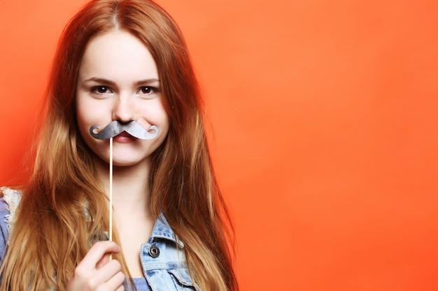 Koncepcja życia i ludzi: figlarny młoda kobieta gotowa na imprezę