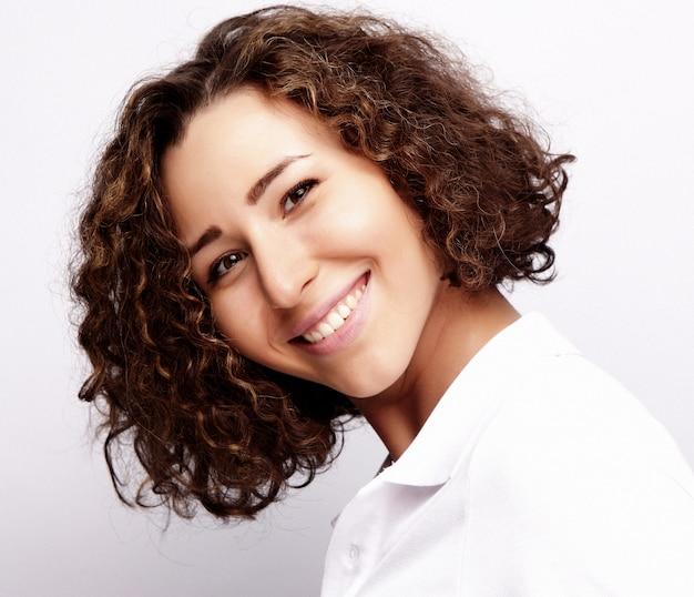 Koncepcja życia i ludzi: młoda kobieta szczęśliwa z kręconymi włosami