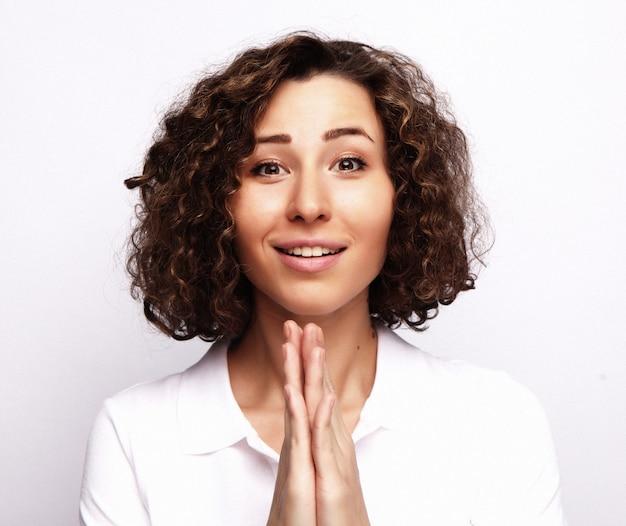 Koncepcja życia i ludzi z młoda szczęśliwa kobieta z kręconymi włosami