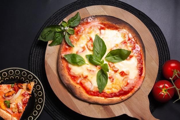 Koncepcja żywności domowa pizza tortilla margherita na pokładzie drewna