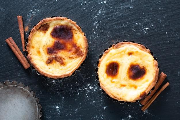 Koncepcja żywności domowe ekologiczne jajko portugalskie tarty budyniowe pasteis de nata