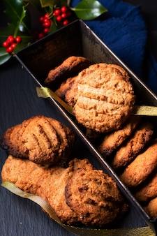 Koncepcja żywności domowe rustykalne ciasteczka maślane w brytfannie na czarnym tle z miejsca na kopię