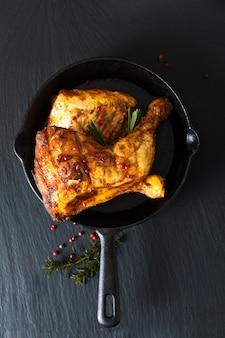 Koncepcja żywności ekologicznej pieczone lub grillowane ćwiartki udka z kurczaka na patelni żelaznej patelni