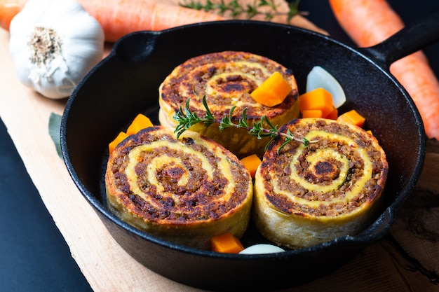 Koncepcja żywności fleischschnackas alzacki, alzacja francuskie mięso lokalne nadziewane makaronem z bułki jajecznej na patelni z patelni