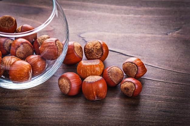 Koncepcja żywności i napojów stos orzechów laskowych w szklanym słoju