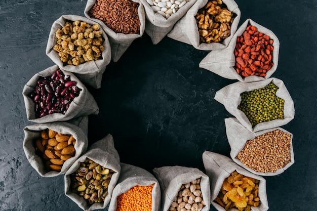 Koncepcja żywności i żywienia. poziomy strzał worków wypełnionych