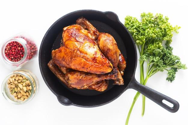 Koncepcja żywności pieczony, grillowany kurczak w całości organiczny na patelni żelaznej
