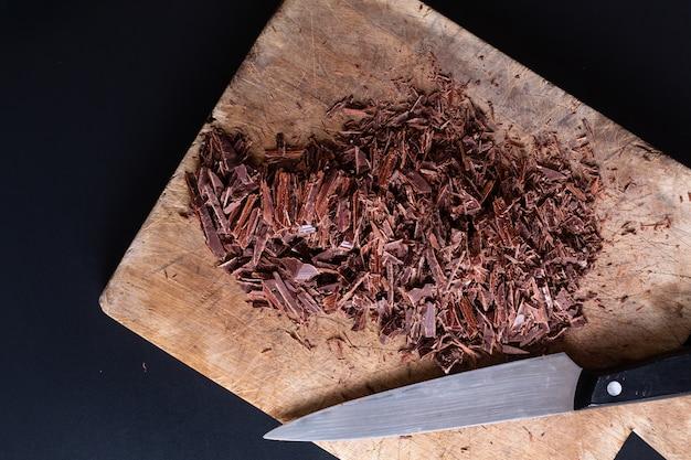 Koncepcja żywności proces przygotowania do topienia organicznej czekolady do robienia deserów